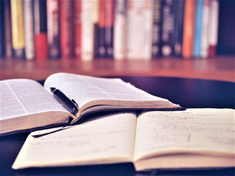広げたノートと本