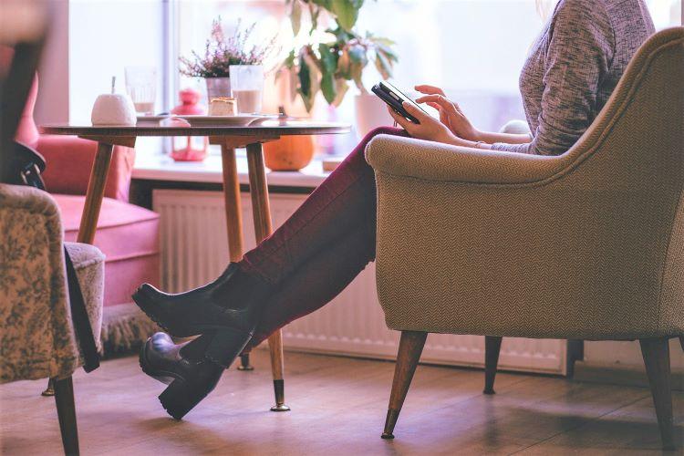 カフェのソファで